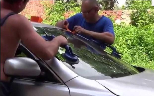 Процесс замены лобового стекла на Toyota Camry