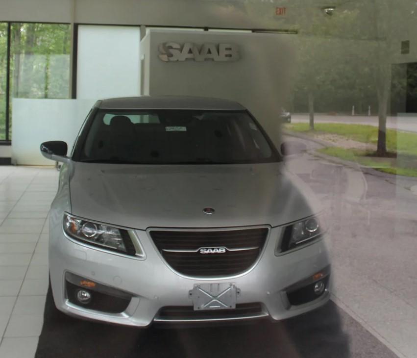 В заброшенном автосалоне Saab нашли «капсулу времени» — флагманский седан 9-5